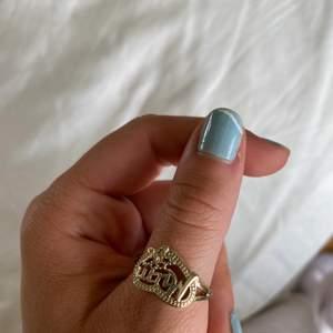 """Aldrig använd guldring från asos, ringen får bara plats på min tumme så den är lite större. I hjärtat står det """"mom""""💖"""