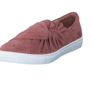 Säljer super fina rosa sommarskor, skorna är super sköna på och är knappt använda. De är från märket Dasia i storlek 37.      Nypris 700 kronor