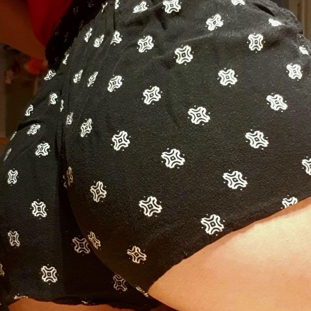 Säljer mina sommar shorts! ☀️ De är i storlek XS, och i bra skick! Färgen på dem i verkligheten syns bäst på sista bilden! De har blivit för små för mig, därför säljer jag dem! De är lite revealing, de visar alltså rumpan. Super skön till sommaren eller bara för att ha på sig hemma! Kramar verkligen midjan så man får en bra figur! Priset är EXKLUSIVE frakt. Kan frakta med frimärken (12-24kr) eller med postnords spårbara på 66kr! ❤. Shorts.