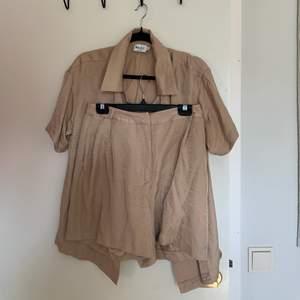 ett beiget kostymset, skjorta strl 40, kostymshorts 38 💘 kom tyvärr aldrig till användning 💘😇