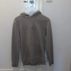 Beige hoodie i storlek xs men passar mer S