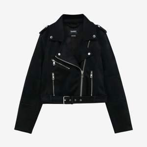 Jätte fin mocka jacka köptes för några månader sen så knappt använd säljer för ja ska köpa en ny. Köpte den för 360 säljer för 240 kan gå ner lite i pris. skriv för fler bilder