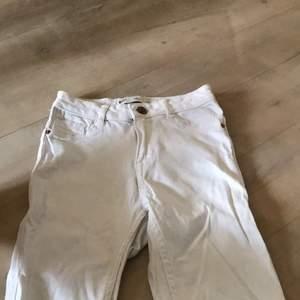 Vita jeans från Ginatricot som är i petite high waist. Snygga men dem är för korta för mig som är ca. 174-175. Skulle passa dem som är kring 160-165. Knapparna är lite missfärgade eftersom jeansen har använts när jag var lite mindre. Men annars är dem i superbra skick.