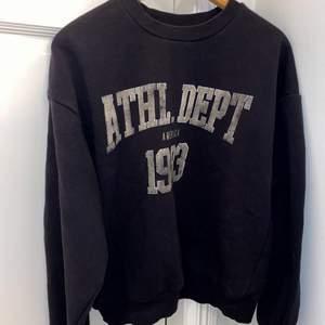 Säljer denna populära sweatshirten från Gina Tricot i storlek S, sitter lite oversized så passar större,  säljer pga har massa andra sweatshirts🤍
