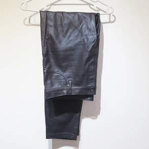 Fake läderbyxa med normal midja från lager 157. Använd fåtal gånger. Stretch i tyget. Köparen betalar frakt först och byxan innan inlämning på posten.