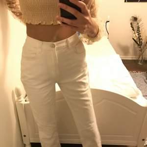 Vita jeans from pretttlittlething, storlek 38