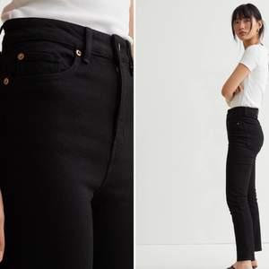 """Säljes pga har två. Svarta jeans, modell """"Slim high ankle jeans"""", från HM. Slutsålda i storlek 34. Hög midja, bekväma. Frakt tillkommer 🍁"""
