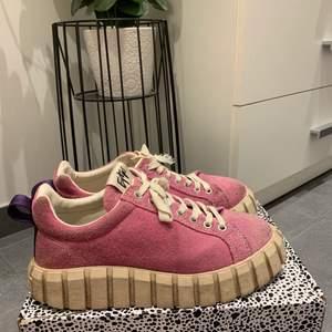 Säljer mina skitcoola Eytys i strl 38! Använda fåtal gånger och i väldigt bra skick (skorna går att tvätta med trasa för att få bort små fläckar). Dustbag, extra snören och box ingår💖 nypris 1800, buda från 900 eller köp direkt för 1250