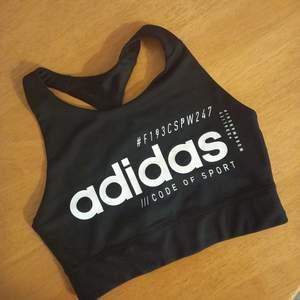 Helt ny och oanvänd top/träningsbh från Adidas. Storlek XS. Säljes då den tyvärr var för liten för mig. Skickar med spårbar frakt.