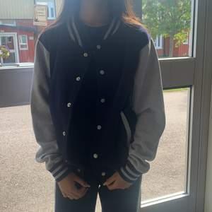 Helt ny varsity jacket, köpt för 1799 säljer för 700 eller budgivning från 450!!!