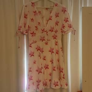 Fin klänning från Loavies med trendigt stjärnmönster. Aldrig använd.