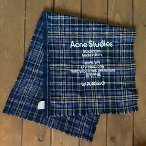 Säljer min acne studios halsduk köpt i år. Jag säljer denna då jag har fått en ny. Köpt på NK för 1600 kr. Köparen står för frakt🦋