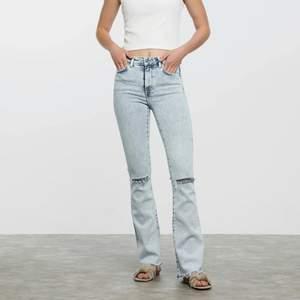 Jag säljer ett par jeans som ej kommit till användning längre💗, Jag Köpte på bikbok i storlek S, modellen heter Flare Zenit och är helt slutsålda. Jag säljer jeansen för 100kr, frakten kostar Kr96, vilken innebär ett par som nya jeans för 196kr. För mer bilder skriv privat❤️ om ni har frågor skriva privat☺️