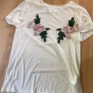 En fin tröja som använts en gång, säljer pga att den aldrig kommer till användning. Köpt för 300 kr. Köparen står för frakten🎀