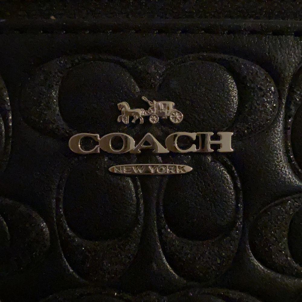 Så snygg plånbok med glitterdetaljer. Använder dock aldrig plånbok så denna har knappt fått användning💖 Köpt i USA för 75 dollar! Bud från 175kr. Accessoarer.