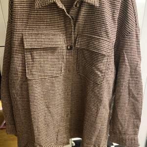 Jättefin ny skjortjacka i mjukt material. Oversize-modell.