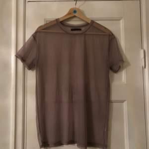 Sparsamt använd mesh t-shirt. Från Bersha. Beige.