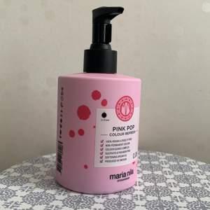 Säljer en obruten/oöppnad hårinpackning med färgpigment från Maria Nila då jag råkade beställa 2. Färgen är pink pop och innehåller tillfälliga pigment som färgat håret rosa. Färgen sitter kvar mellan 4 - 10 tvättar. Fungerar bäst på ljust hår. Nypriset är 279kr. Mitt pris 150kr eller bud. Köparen står för frakt.