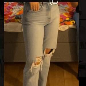 Säljer dessa mom jeans från zara, använda ett par gånger men är jätte fina. Storlek 34 och det finns bättre bilder på de. Bud från 150