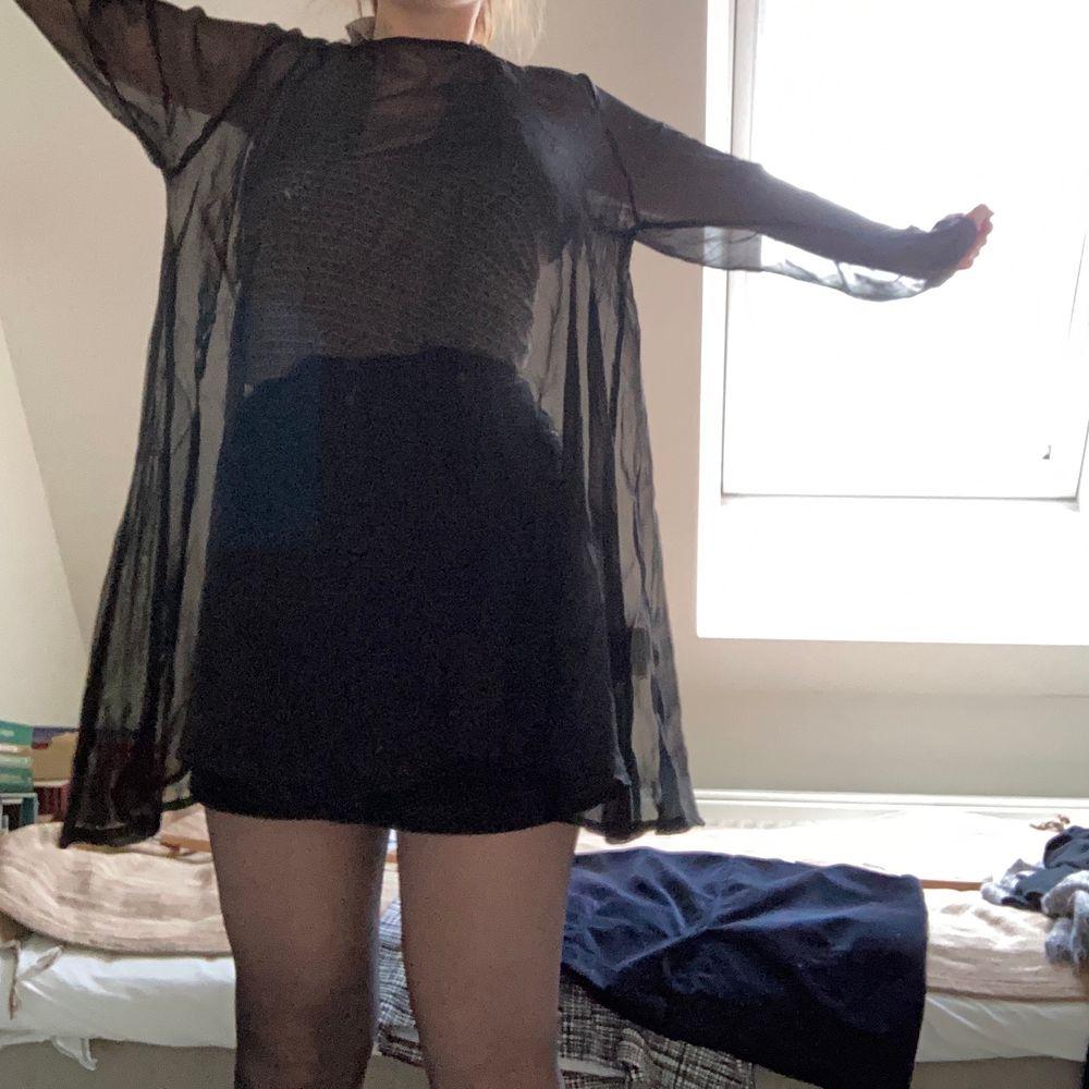 Svart klänning i mesh-material👗 Jättefin att ha över t.ex mindre svart klänning eller som jag har på bilden, linne och kjol. Passar alla storlekar!. Klänningar.