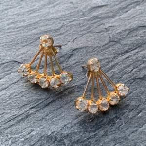 Superfina och eleganta vintage-örhängen i guld med diamanter. Fint skick! 24kr frakt tillkommer. BUDGIVNING I KOMMENTARSFÄLTET OM MÅNGA ÄR INTRESSERADE, ANNARS FÖRST TILL KVARN!