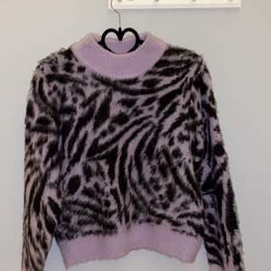 Världens finaste tröja med lila zebramönster, hur varm och gosig som helst, perfekt nu i vinter/vår! Säljer för att jag behöver plats i garderoben. Jättefint skick, knappt använd. Storlek S💕💞