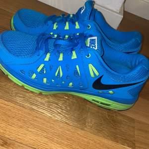 Blå Nike sneakers helt nya