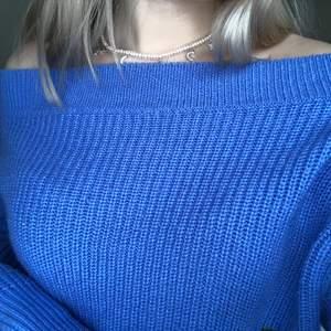 Blå stickad tröja, offshoulder från Gina tricot