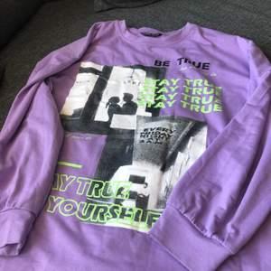 Oversized sweatshirt med ascoolt tryck. Slutsåld från shein i alla storlekar. 💜