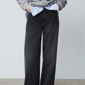 Gråa raka jeans från Zara i storlek 40, andvända ett fåtal ggr men är i fint skick!