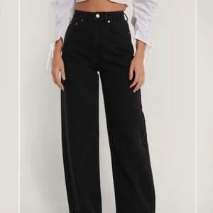 Ett par supersnygga jeans som tyvärr var för långa för mig💕 endast testade om sitter löst både upp till och ner till vilket jag tycker är snyggt💕 (nypris 499kr) frakt ingår i priset :)