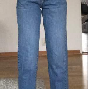 Säljer blåa mom jeans från Gina, använt dom ungefär 3 gånger. Dom är korta på mig som är 1,60. Köpta för 250kr, säljer för 150kr. Obs frakt ingår inte i priset.