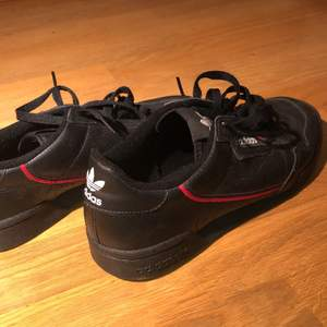 Helt oanvända svarta skor från Adidas i storlek 42. Köpta för 1100kr men som sagt helt i nysskick och säljer för endast 200kr.😇