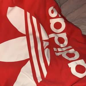 Adidas hoodie använd ett fåtal gånger. Bra skicka. Storlek UK 38. Djur finns i hemmet.