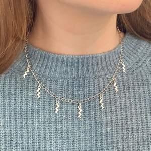 Silvriga halsband i tre olika modeller med blixtar, stjärnor eller både stjärnor & blixtar ✨✨ Nya/oanvända! Endast 79kr/styck. Fri frakt! 💌