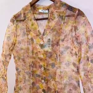En helt ny mesh skjorta med blommigt tryck (finare på) i st. 34