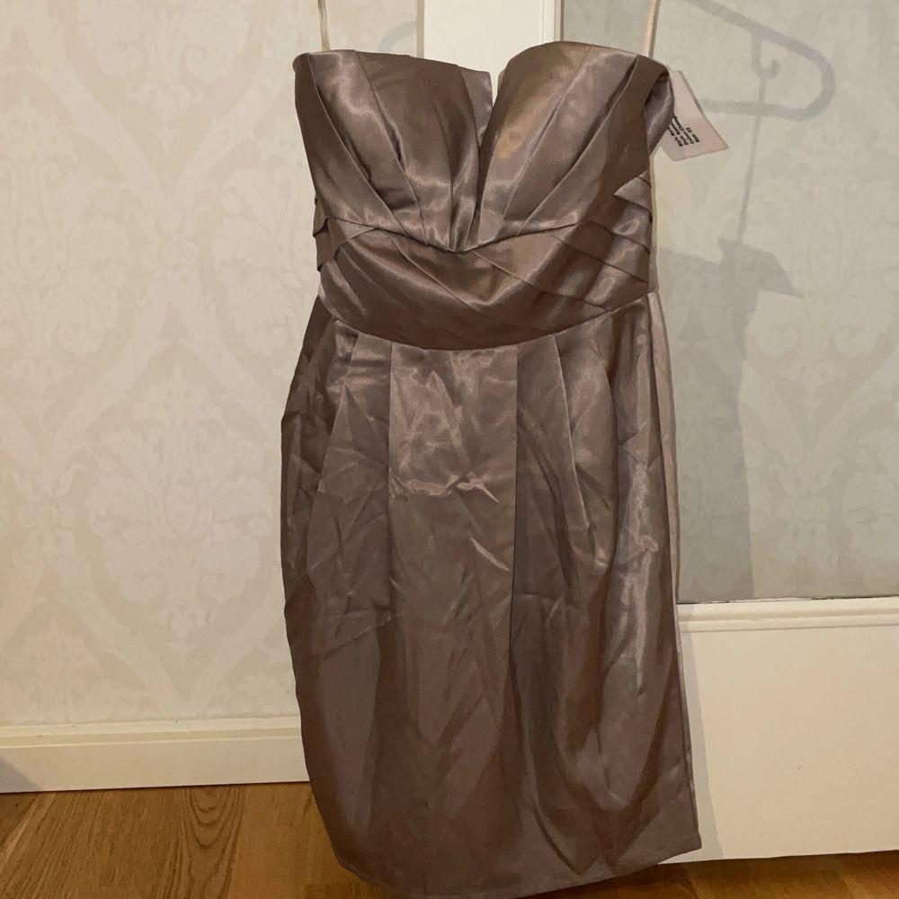 Säljer denna fina klänningen, den är stor på mig därför säljer jag, den är nog mer i storleken S!. Klänningar.
