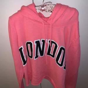 Crooped hoodie ifrån Victoria Secret. Använd 1 gång.