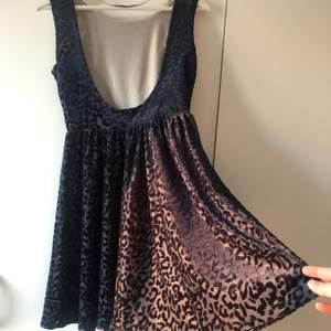 Jag säljer min snygga mörkblå sammetsklänning från Zara. Använt bara en gång. Storlek S.
