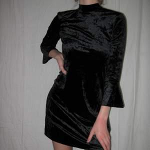 Klänning i sammet från Monki❤️ riktigt festlig!! Passar st Xs/s.Köparen står själv för frakt eller så möts vi upp i Sthlm🌹