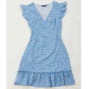 Jätte fin klänning från shein! Helt oanvänd, endast testat men var tyvärr för liten för mig. Har dragkedja på sidan! 200kr ink frakt🤩