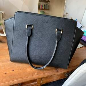 Svart handväska från DON DONNA i fint skick. Finns justerbara axelband man kan sätta på🌶