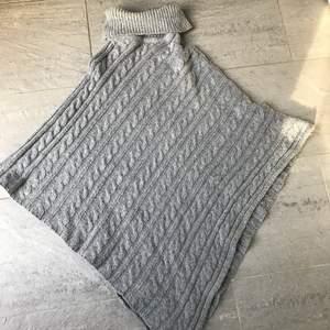 En grå stickad kofta (som ej sticks) .Den är lite varmare och väldigt skön att dra över ex en kylig sommarkväll