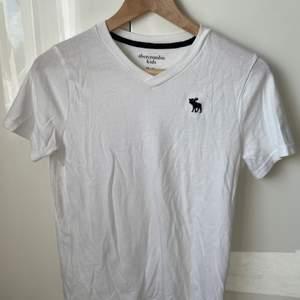 En vit T-shirt från abercrombie. Storlek 13/14 barn men passar mig som vanligtvis är en S. Frakten går förmodligen att få billigare.