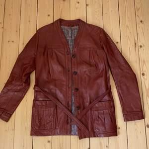 Jättesnygg retro rödbrun lädertrench från 70-talet! Kvalitetsläder från det amerikanska märket Buckboard✨