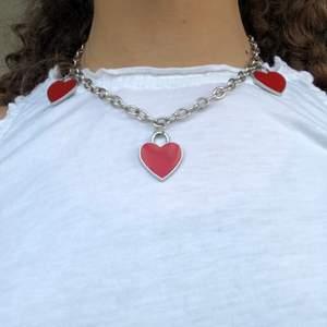 Hjärthalsband jag har gjort själv dma ifall intresserad jag kan ta bort hjärtan ifall man vill och göra fler. Den är 42cm lång.