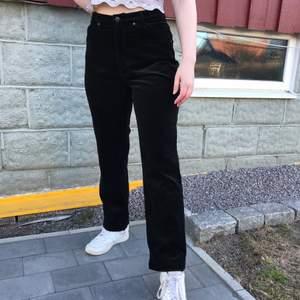 Super snygga svarta byxor med mönster på baksidan (se bild nr 2) som lägger till en fin 2000's vibe. De är i machester tyg och är från märket OLÉ. Jeansen är i storlek 38 och är i ny skick. Fri spårbar frakt som tar 2 vardag.