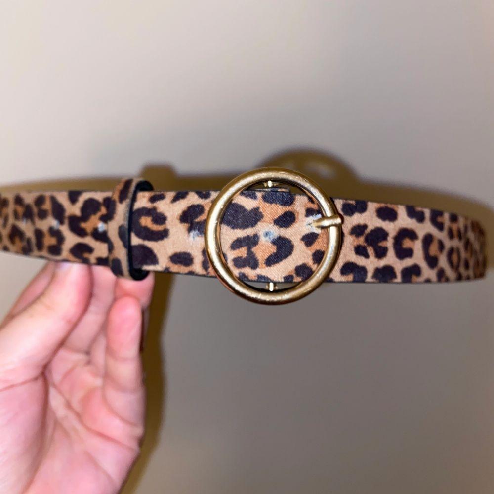 Säljer detta superfina leopard skärp från H&M. Accessoarer.