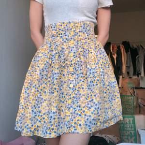 säljer denna supersöta high waisted kjol från monki!! älskar den, verkligen så söt och prydd med gula, blå och grå små blommor 💖💖