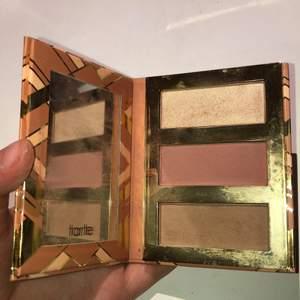 """Contour palette från tarte, """"Hamptons Weekender"""". Knappt använd så i befintligt skick. Superfin rouge, highlighter och bronser och spegel. Säljer pga rensar smink jag inte använder."""